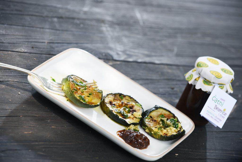 Chutney ljubi zelenjavo: melancane na žaru z mareličnim čatnijem